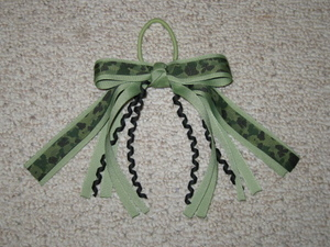 "NEW """"GREEN CAMOFLAUGE"""" Pony Tail Hair Bows Girls Ribbon Cheer Streamers"